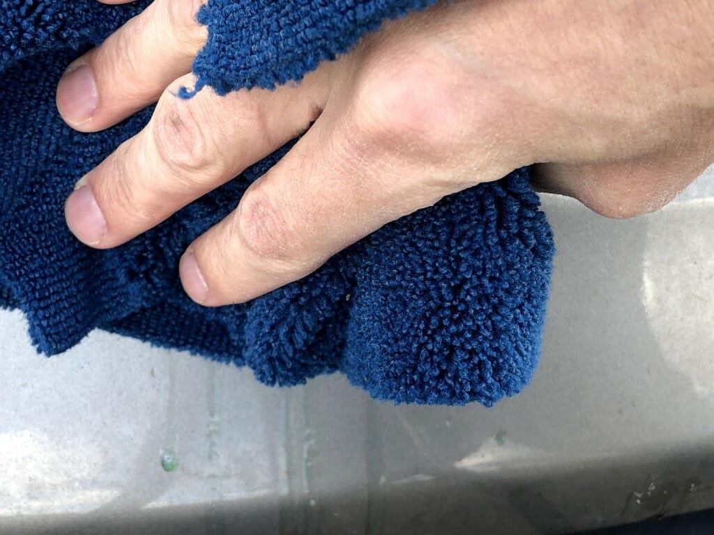 Fugleklat tørres af med mikrofiber